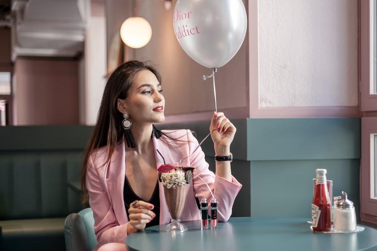 Sindia Rifi in the Helvti Diner in Zurich with a milkshake